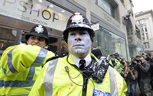 London riots: la rivolta dei poveri con smartphones e scarpe nuove