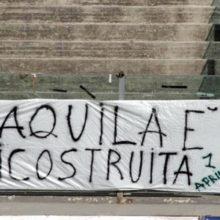 Uno striscione apparso allo stadio Fattori dell'Aquila il 6 aprile 2012, nel terzo anniversario del terremoto. Foto di Marcello Spimpolo, fonte: Rugby1823.
